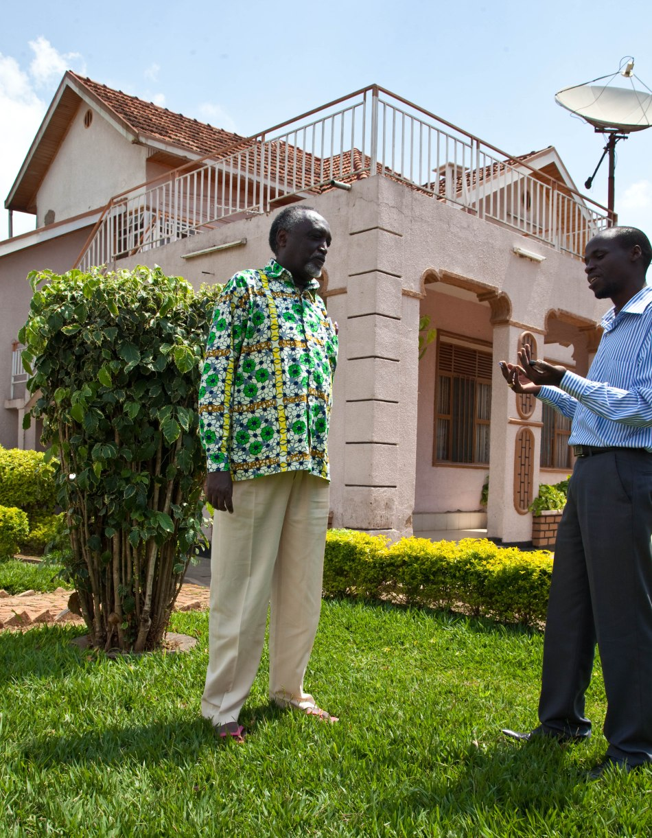Tito Rutaremara avugana n'umunyamakuru Fred Muvunyi iwe murugo