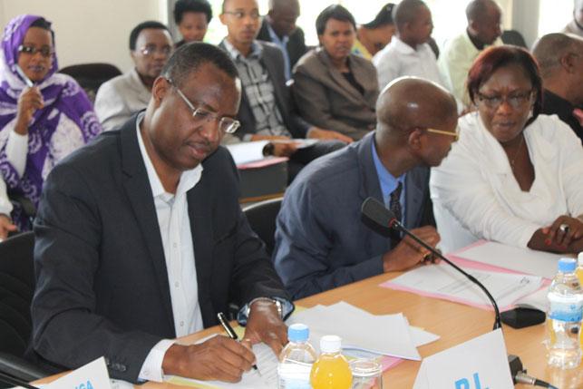 Ab'imbere uhereye ibumoso: Perezida wa PL Mitali Protais, Perezida wa PDI Sheikh Harelimana Mussa Fazil na Perezida wa PPC Mukabaramba Alivera, mu nama y'ihuriro nyunguranabitekerezo ry'Imitwe ya Politiki yemewe mu Rwanda
