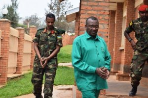 Col. Byabagamba Tom na Brig general Frank Rusagara bambaye amapingu