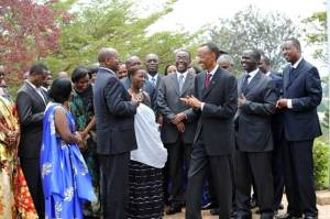 President Paul Kagame chatting with his subordinates(Photo: Internet)
