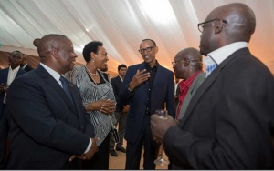 Perezida Kagame amaze gusuhuza Guverineri w'Intara y'Amjyaruguru Bosenibamwe Aimé ari kumwe n'abandi bayobozi (Ifoto/Perezidansi)